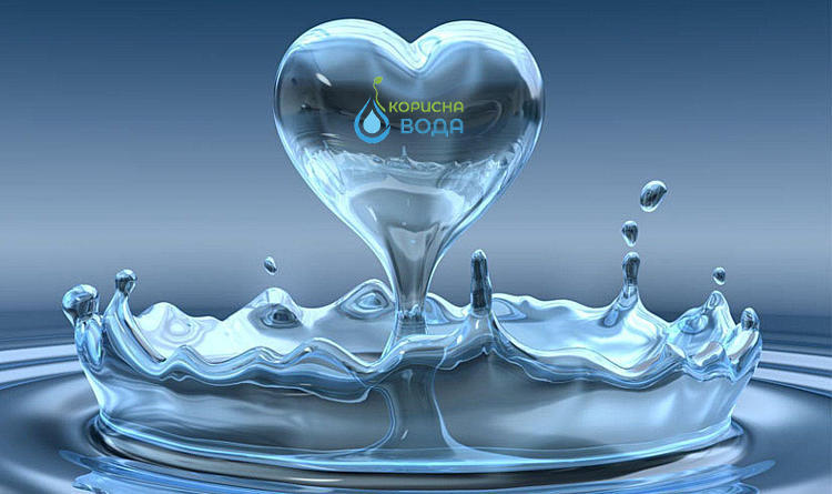 На фото зависшая капля воды в виде сердечка. Внутри в самой капли логотип компании Корисна Вода по доставке питьевой бутилированной воды в Черкассах.