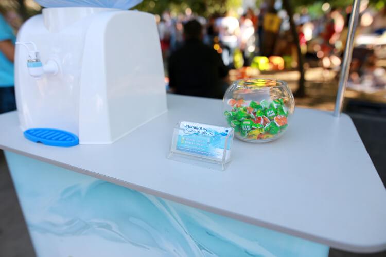 На фото кулер компании «Корисна вода» по доставке питьевой воды на дом и офис бесплатно раздает воду на фестивале в Черкассах
