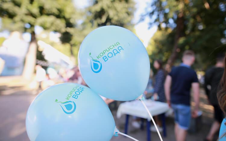 На фото шарики компании «Корисна вода» по доставке питьевой воды на дом и офис бесплатно раздает воду на фестивале в Черкассах